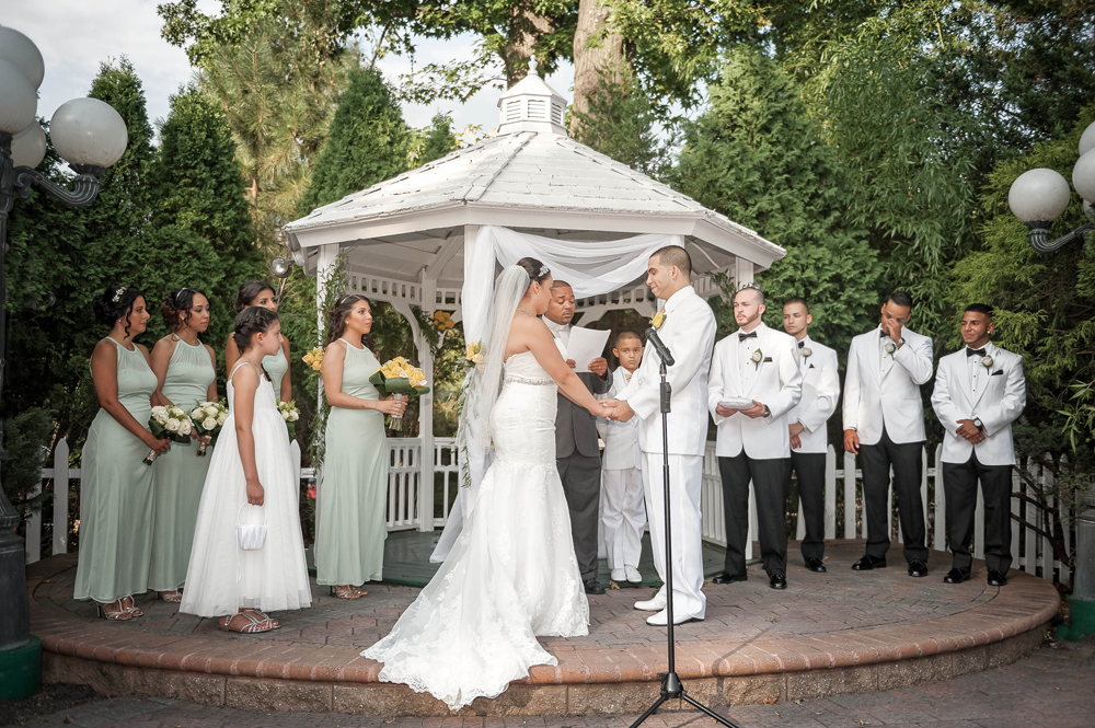 Grand Oaks Country Club, outdoor ceremony (Unforgettable Expressions Photography)