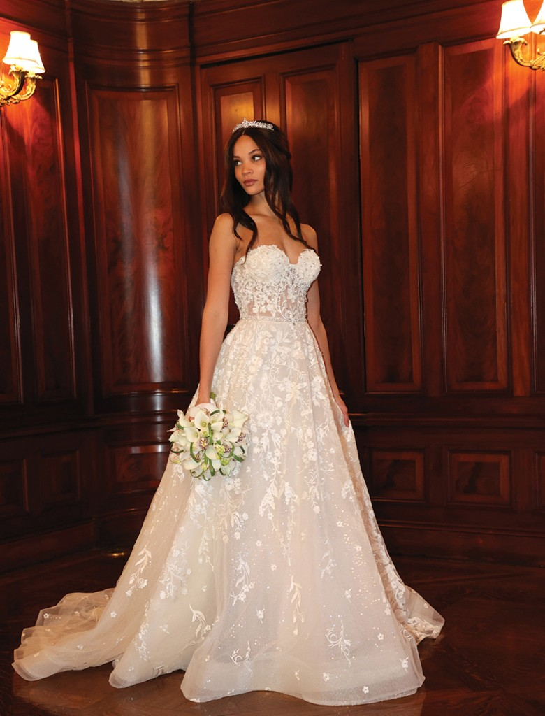 Gown: Eve of Milady (1618) Bouquet: Ariston Flowers