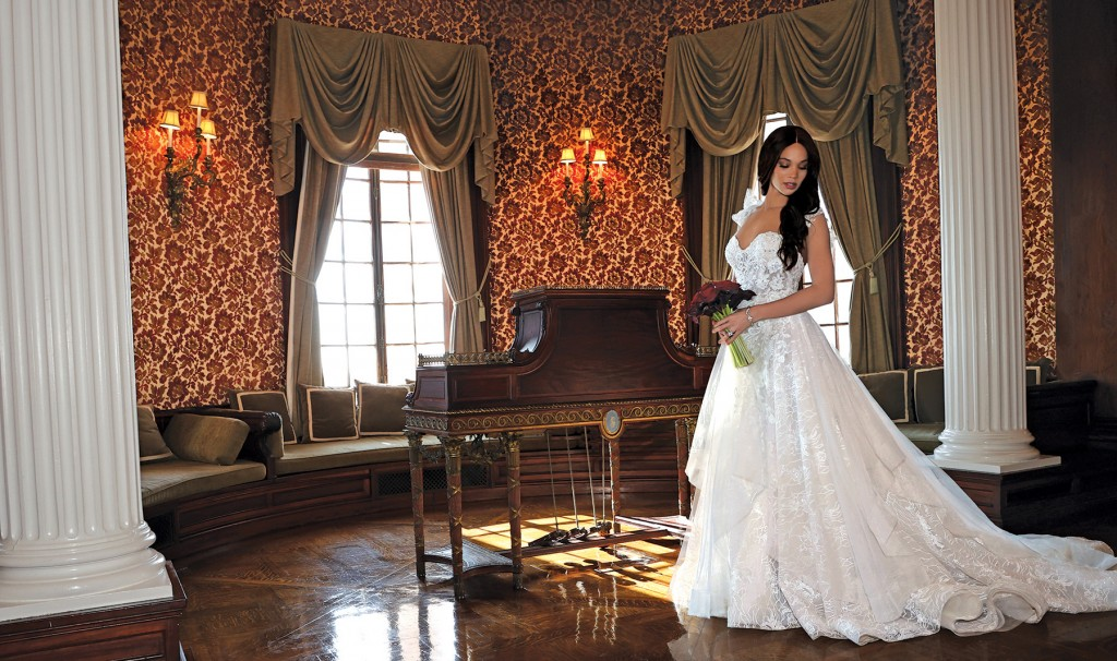 Gown: Eve of Milady (1627) Bouquet: Ariston Flowers