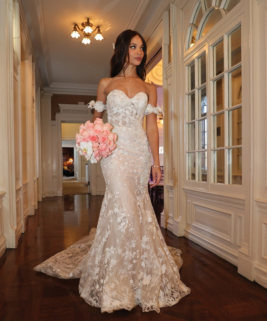 Gown: Eve of Milady (1646) Bouquet: Ariston Flowers