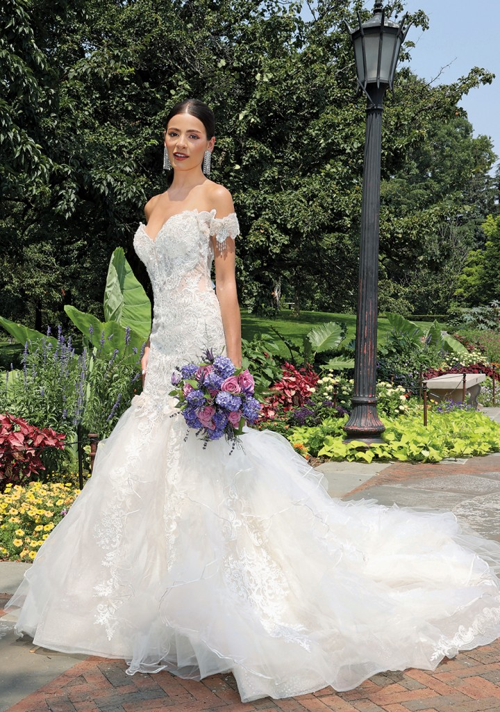 Gown: Eve of Milady (1640). Bouquet: Ariston Flowers.